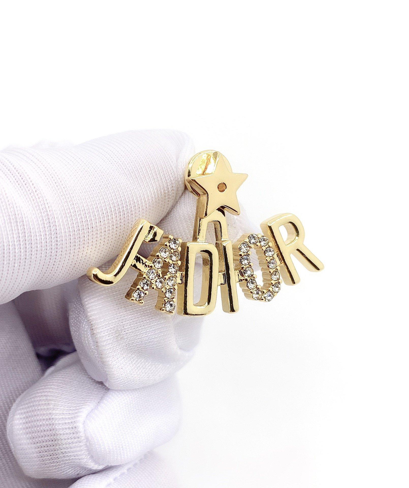 Di0r新款字母耳钉以醒目的金色金属