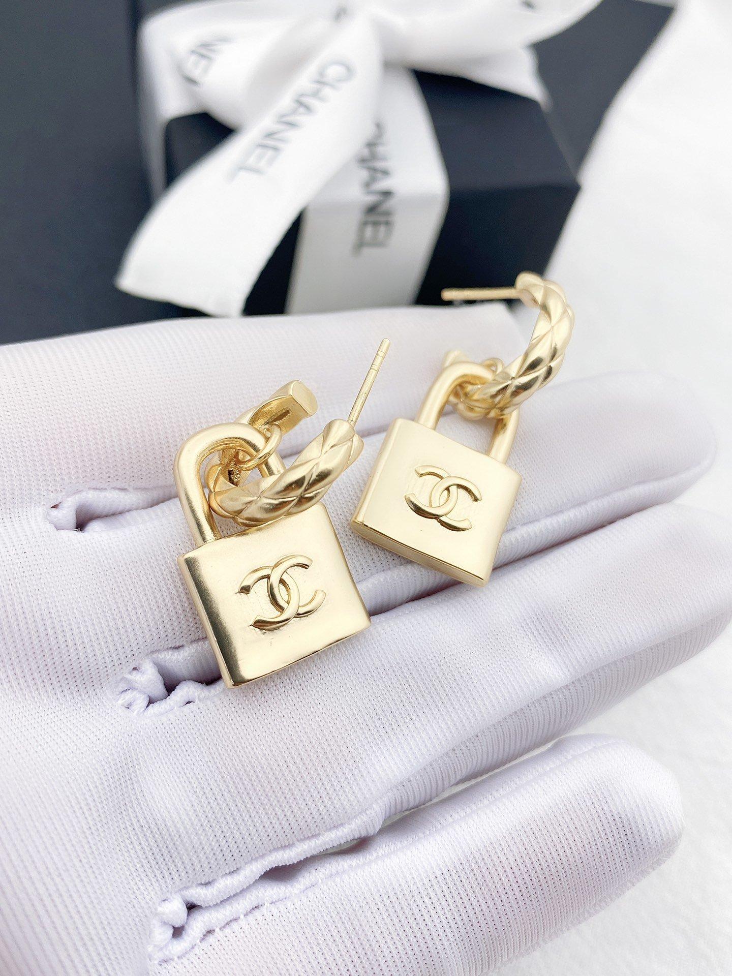 Chanel新款小锁耳环一致黄铜材质