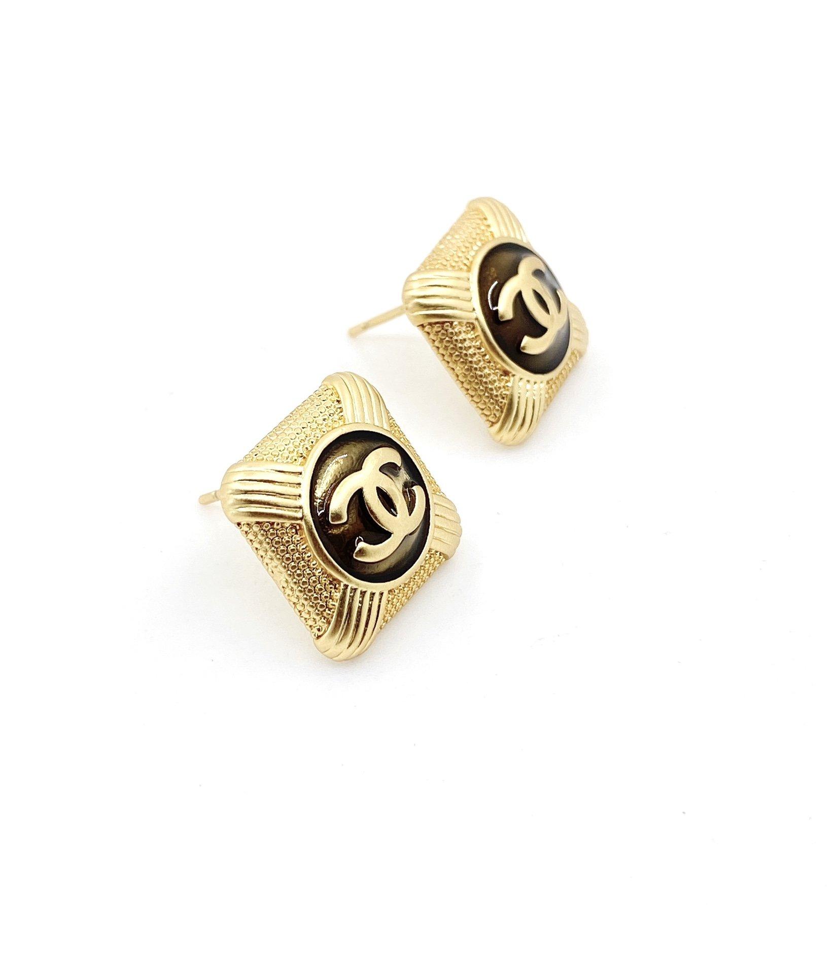 Chanel最新款方形黑耳环一致zP