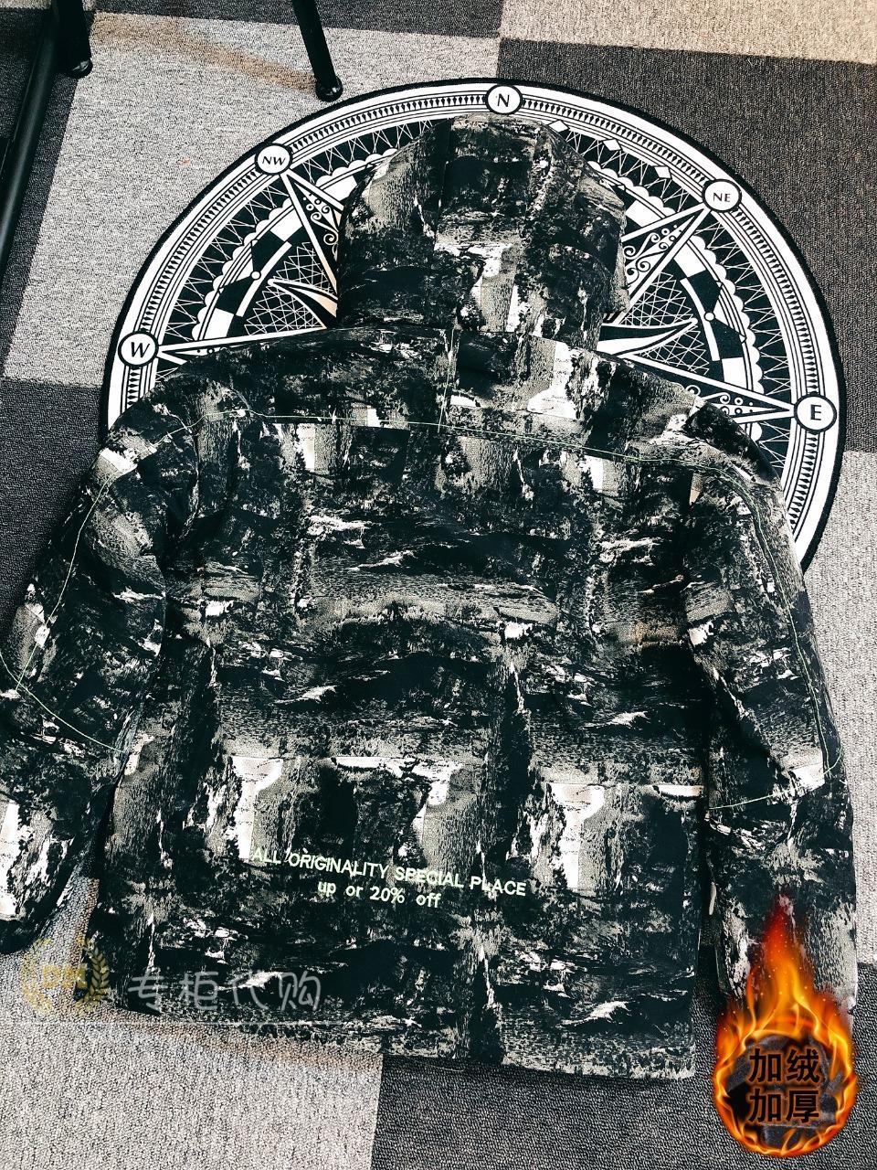 三件套P425 独家实拍 重磅暖冬ins爆款PUMA&彪马 羽绒棉服外套+连帽水貂绒卫衣裤套装,零下抗寒好物,保暖不跑绒,不失温度又不失风度! 宽松的轮廓有一点点的街头风的帅气休闲感  此设计更好的呵护颈部防风保暖  不管大家是上班or日常 都能让时髦感翻倍! ! !                                                                                          尺码M-4XL,男女通码,可单卖!M/建议      高155-165 重85-100L/建议      高165-170 重100-115XL/建议     高170-175 重115-1302XL/建议    高175-180 重130-1503XL/建议    高180-185 重150-1704XL/建议    高185-190 重170-190